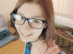 Молоденькая студенточка в очках занимается домашним аналом