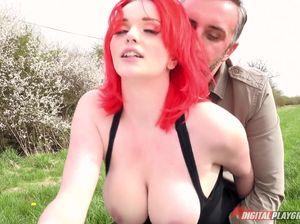 Девушка с красными волосами чпокается в поле с парнем