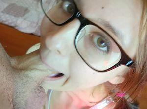 Русская домашняя крошка в очках глубоко сосет фаллос и ебется в пилотку и очко