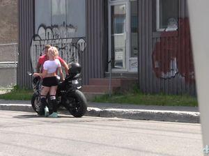 Крутой байкер жестко отодрал блондинку в полосатых чулках