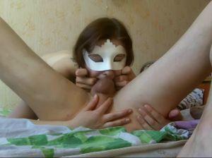 Девица в маске старательно делает горловой минет