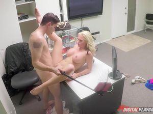 Парень вдул сотруднице в офисе и сделал секс селфи