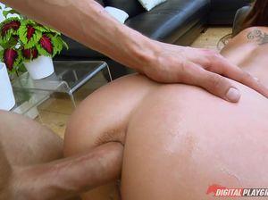 Девка с пирсингом на клиторе занимается анальным сексом