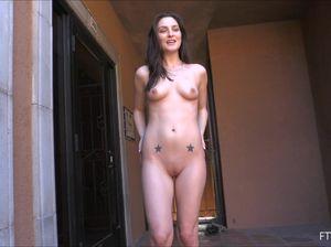 Красивая брюнетка занялась анальной мастурбацией на ступеньках