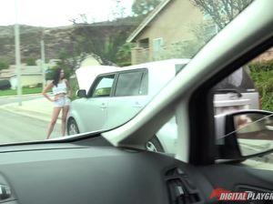 Гламурную тёлку в шортах выебал таксист