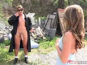Огромный член извращенца дрючит тугую дырочку молодой шлюшки на улице