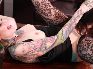 Лесбиянка неформалка страпонит свою красивую татуированную партнершу