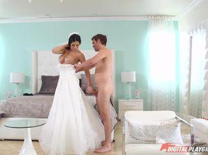 Счастливый жених толкает длинный поршень в узкую пизду грудастой невесты