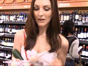 Девушка немного импровизирует с огурцом в магазине