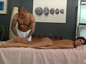Девчонка с маленькой грудью пришла на массаж и получила отличный секс