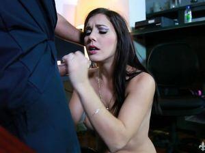 Обычный уборщик трахнул сексапильную секретаршу на ее столе