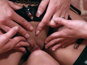 Раскрепощенные лесбиянки в чулках занимаются сексом в позе 69