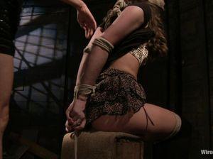 Рабыня отдается подруге доминантке в ролевых играх на чердаке