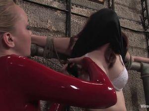 Лесбиянки издеваются над подружкой при помощи вибратора и страпона