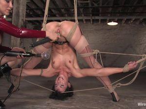 Строгая госпожа трахает страпоном рабыню в веревочном бондаже