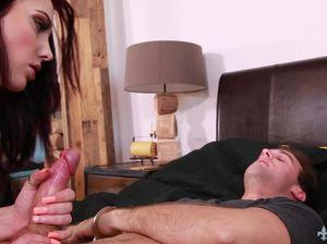 Сексуальная брюнетка в чулках была жестко выебана в своей спальне