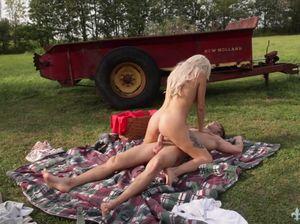 Татуированная жена не сдержалась и трахнула мужа на лужайке