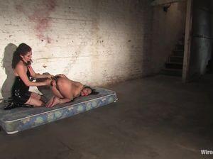 БДСМ игры двух раскрепощенных лесбиянок  с сильным оргазмом