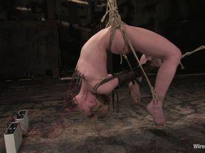 Подвесила напарницу на веревках и как следует трахнула