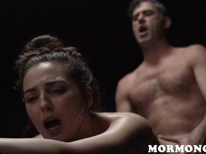 Прежде чем выебать девушку, мужик заставил её попрыгать на фаллосах