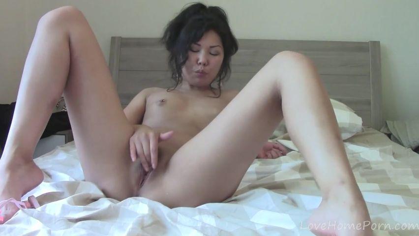 Сексуальная служанка показывает свои прелести