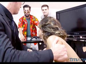 Секретарша спряталась под столом и сосет у шефа на совещании