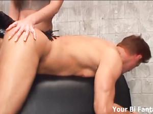 Бисексуального парня две красотки потрахали в анус