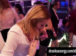 В ночном клубе лесбиянки устроили групповуху