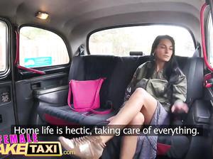 Горячая мастурбация и лесбийский секс в фейк такси