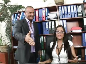 Начальник трахает сексуальную грудастую секретаршу