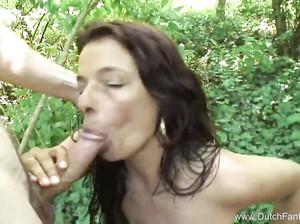 Зрелую дамочку жахают в лесу и на пляже
