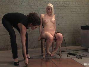Лесби БДСМщица обжигает раскаленной лампой голое тело блонды