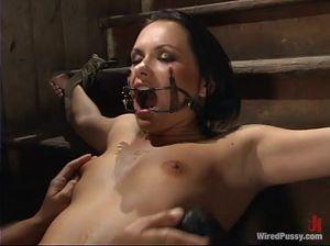 Брюнетка кончает, когда ее гениталии бьют током