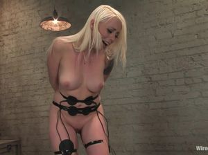 Блондинка с большими сиськами в первый раз получила оргазм от секс машины