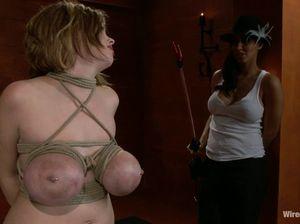 Обвязала сиськи подруги веревкой и хорошо трахнула страпоном