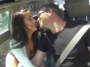 Таксист в рот и в пизду трахает сексуальную незнакомку у себя на хате