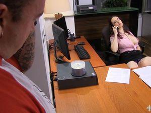 Сотрудник застукал начальницу за мастурбацией и отлизал даме пизду