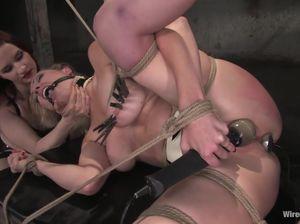 Жестокая лесбиянка издевается над подругой в комнате пыток