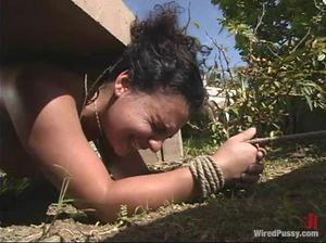 Любительница садо мазо играется с покорной служанкой
