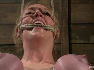 Доминантка издевается над голой бабой со связанными сиськами