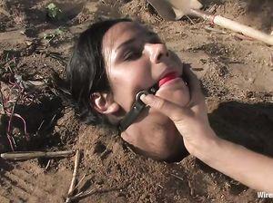 БДСМ-щица закопала подругу в песок и пытает ее током