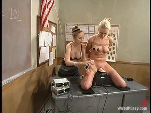 Училки после уроков испытывают секс машину