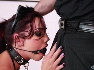 Мужик жестко трахнул сексуальную рабыню с кляпом во рту