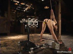 Связанная деваха тестирует секс-машину и удовлетворяет извращенку