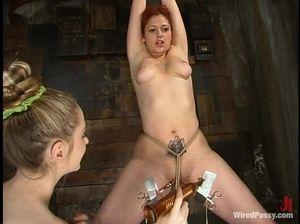 Госпожа круто доминирует над телом рыженькой развратницы