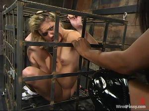 Бедняжка в клетке вынуждена лизать пизду черной госпожи