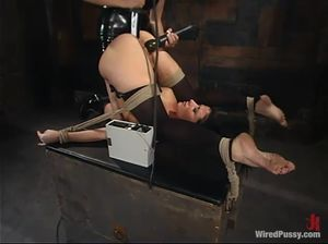 Госпожа в черном латексе мучает и истязает голую бабу