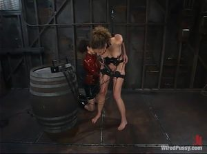 Госпожа в красном латексе унижает покорную сучку