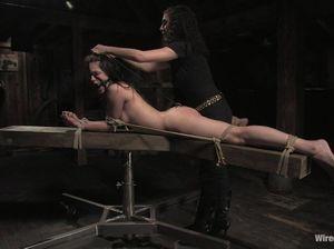 Голая рабыня с крючком в попке кричит и кончает от жесткой дрочки в БДСМ подвале