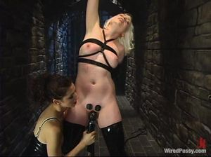 Брюнетка жестко издевается над нежной блондинкой в БДСМ играх